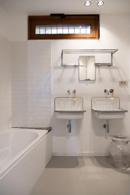 Une salle de bains aux lavabos rétro pour les filles