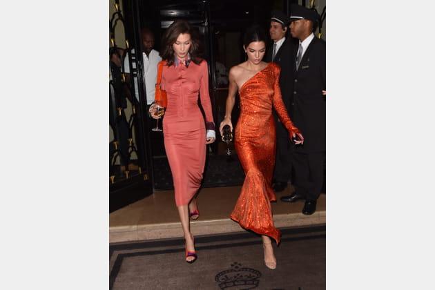 Kendall Jenner en robe asymétrique à sequins