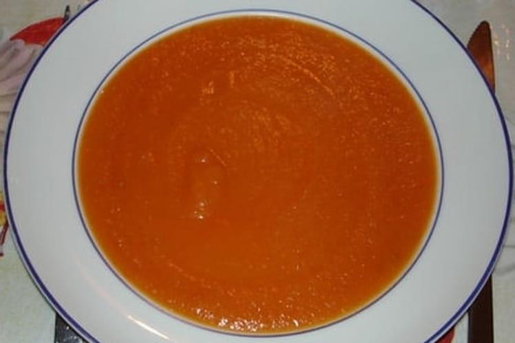 Soupe à la tomate, aux oignons et aux pommes de terre