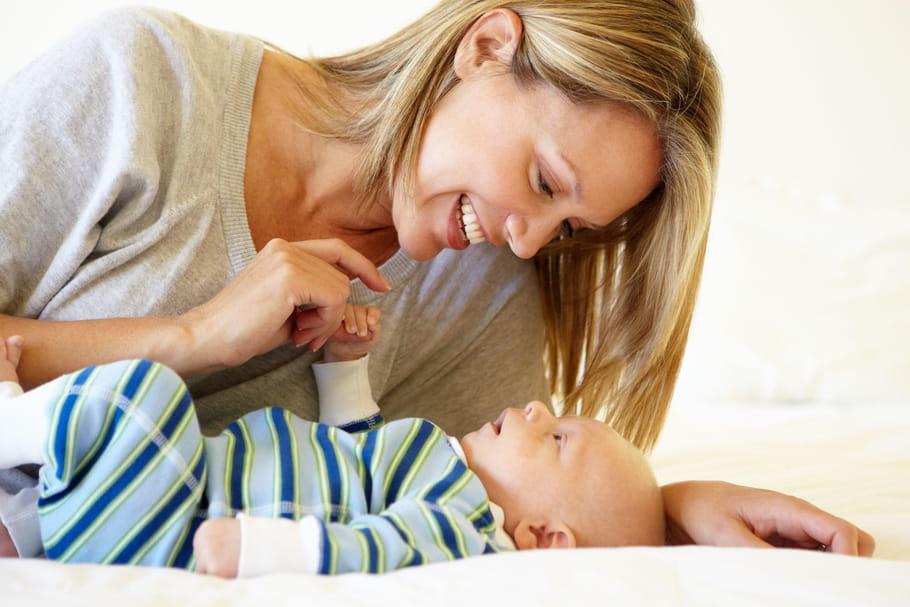Développement de bébé: comment l'éveiller selon son âge?