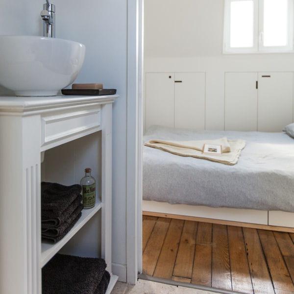 un ancien meuble de rangement. Black Bedroom Furniture Sets. Home Design Ideas