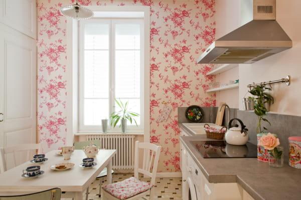papier-peint-fleuri-rose-vif-cuisine