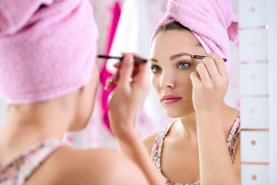 [VIDEO] Comment faire tenir son make-up sourcils toute la journée?