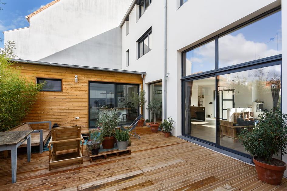 Une terrasse boisée