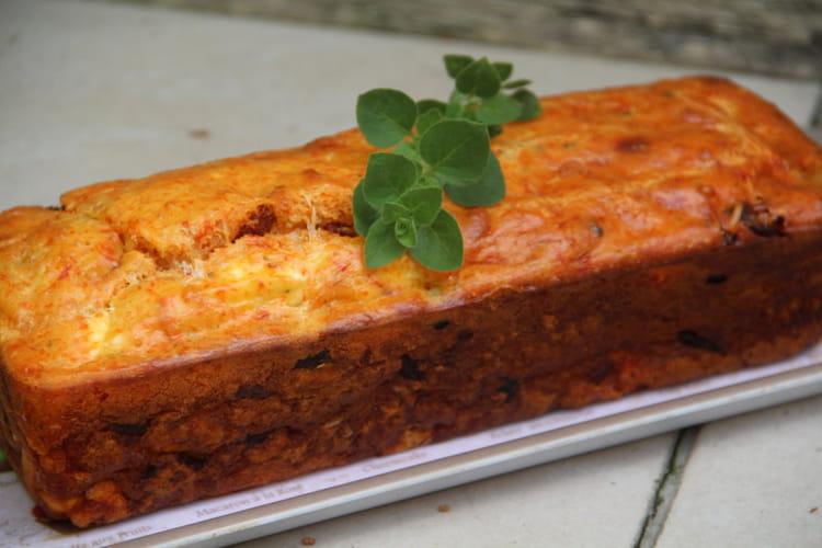 Cake au chorizo et aux saveurs grecques: olives noires, feta, poivron, origan