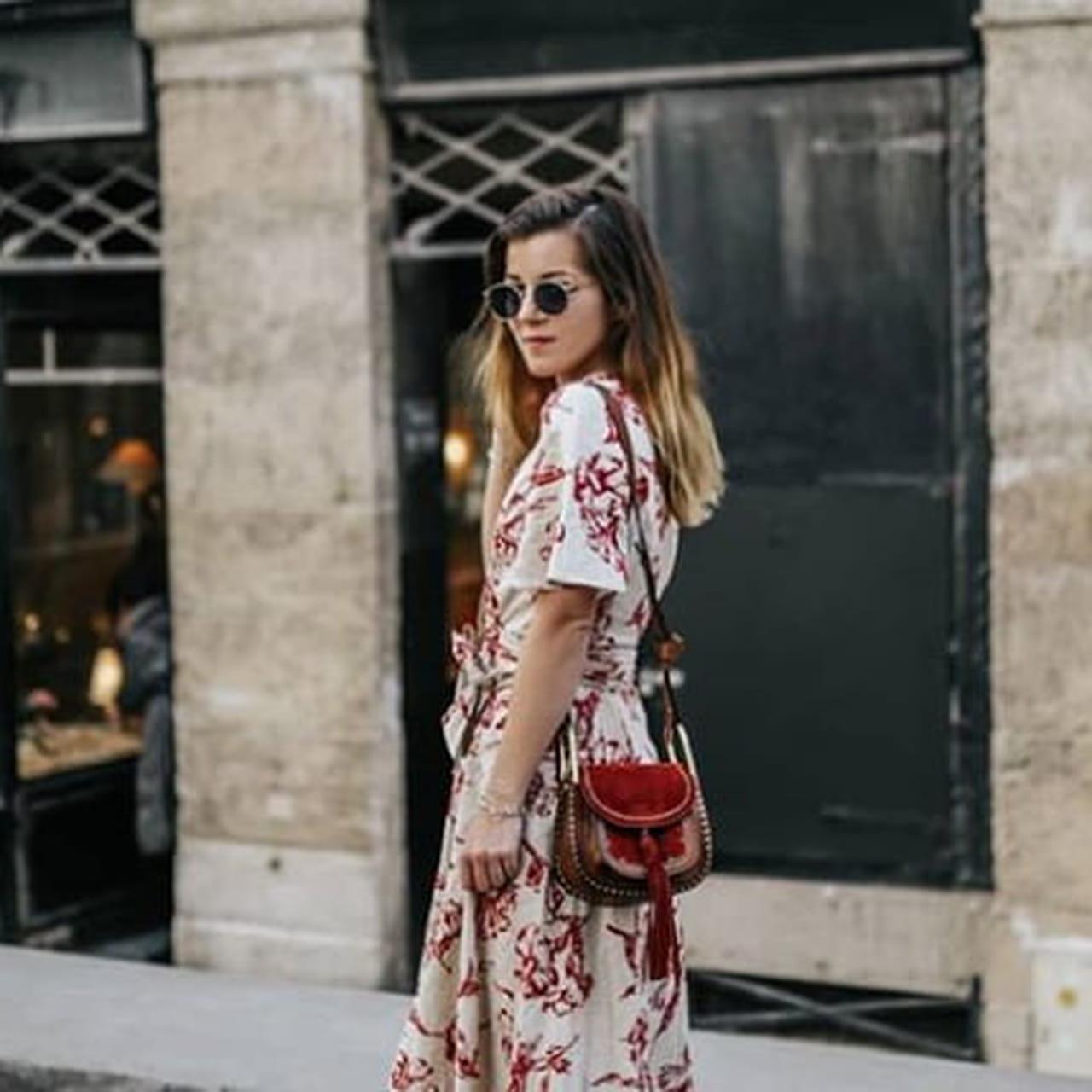 3455076db4 Comment porter la robe longue fleurie ? 30 looks inspirants