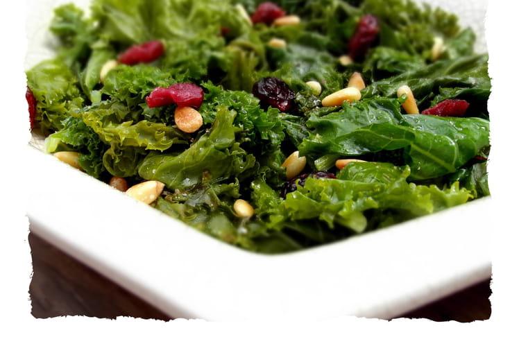 Salade de chou Kale aux cranberries, pignons et vinaigrette à l'érable