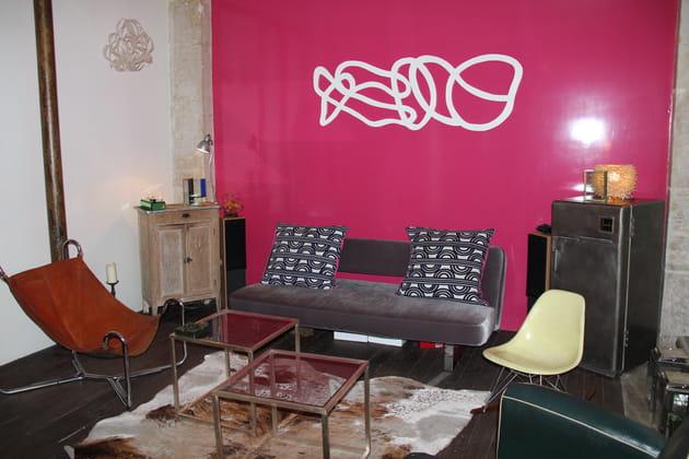 Avant : un salon sombre et rose fuchsia