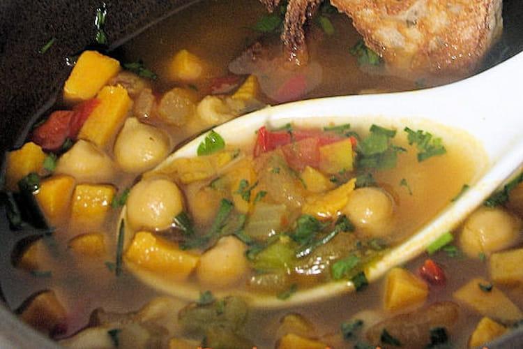 Soupe colorée aux épices à couscous