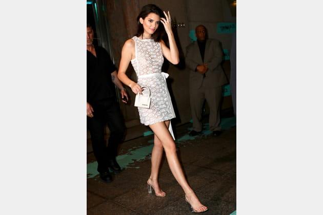 "Kendall Jenner en robe inspiration sirène et sac ""Chiquito"" Jacquemus"