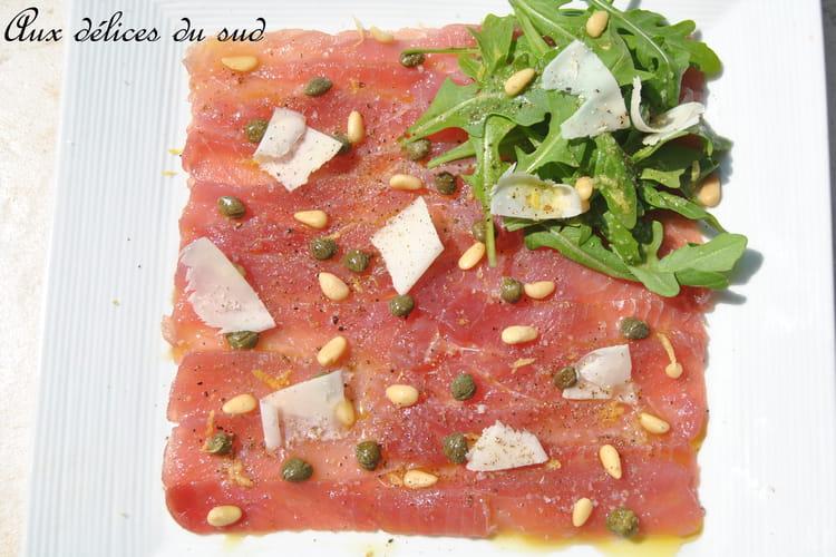 Carpaccio de thon aux câpres, pignons et parmesan
