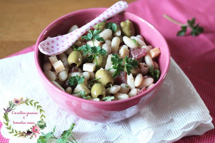 Salade de haricots blancs, jambon cru, olives vertes et fromage au piment d'Espelette