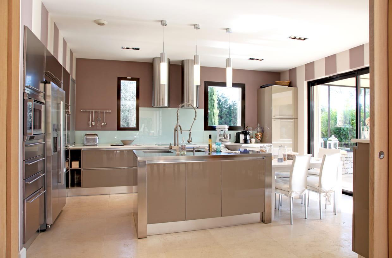 Un lot dans une cuisine chaleureuse - Deco cuisine chaleureuse ...