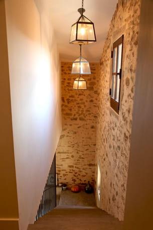 clairer la mont e d 39 escalier avec des suspensions. Black Bedroom Furniture Sets. Home Design Ideas