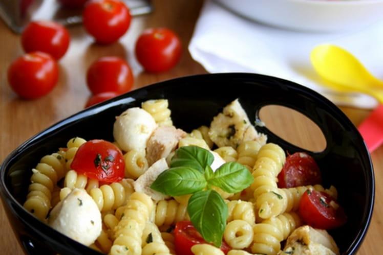 recette de salade de p 226 tes au poulet pesto tomates cerise et mozzarella la recette facile