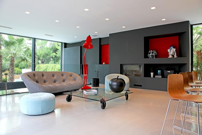 Un salon rouge et anthracite for Salon anthracite