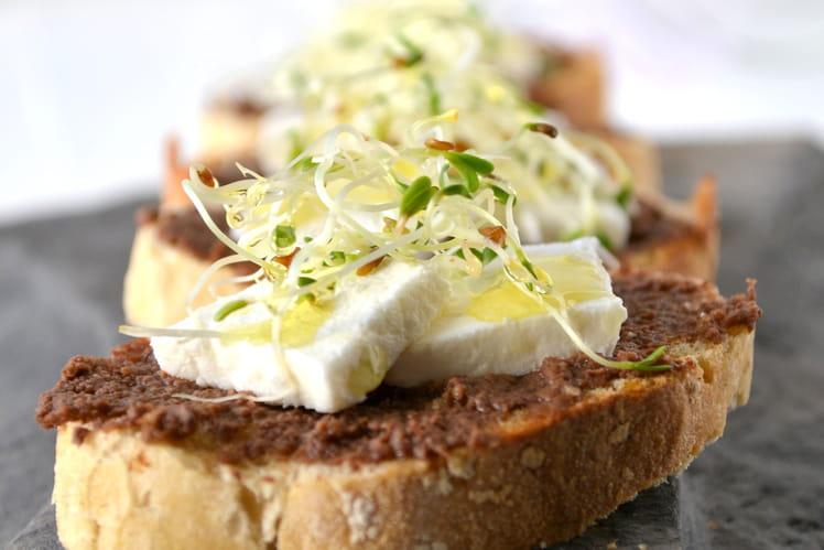 Petites tartines de chèvre frais à la pâte d'olive et aux graines germées