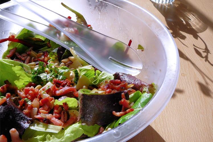 Salade de jeunes pousses aux tomates séchées et aux lardons