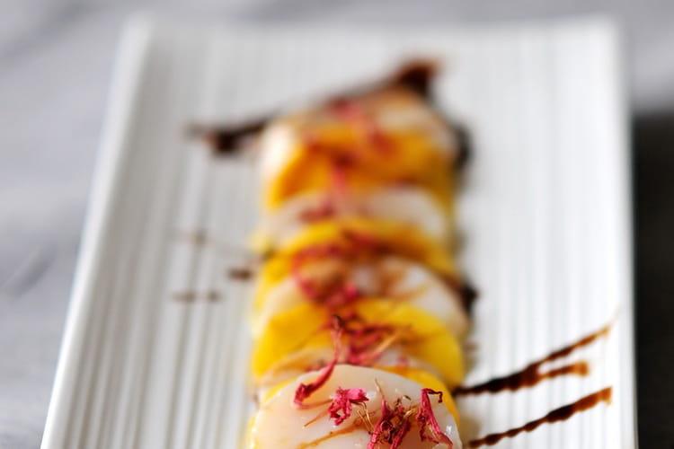 Carpaccio de Saint-Jacques à la mangue, caramel de vinaigre balsamique