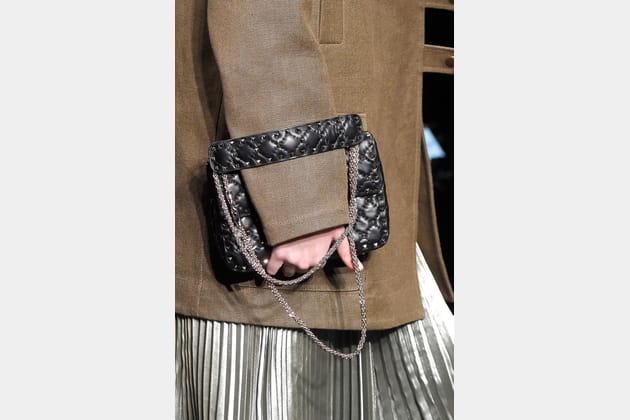 Le sac à sangle en cuir du défilé Valentino