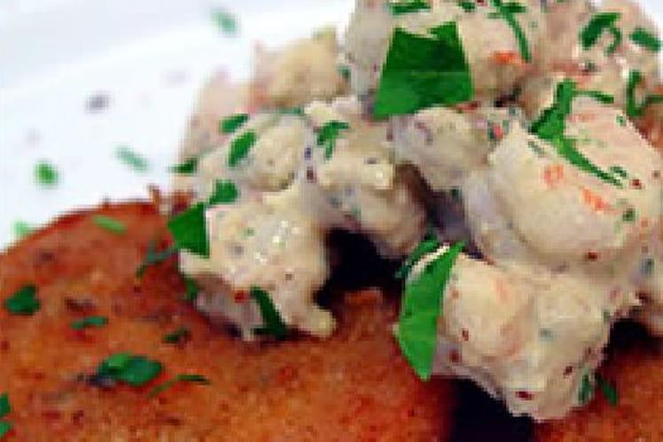 Tomates vertes frites avec des crevettes grises