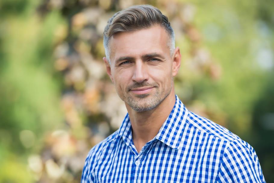 Cheveux gris chez l'homme: entretien, couleur et coiffures