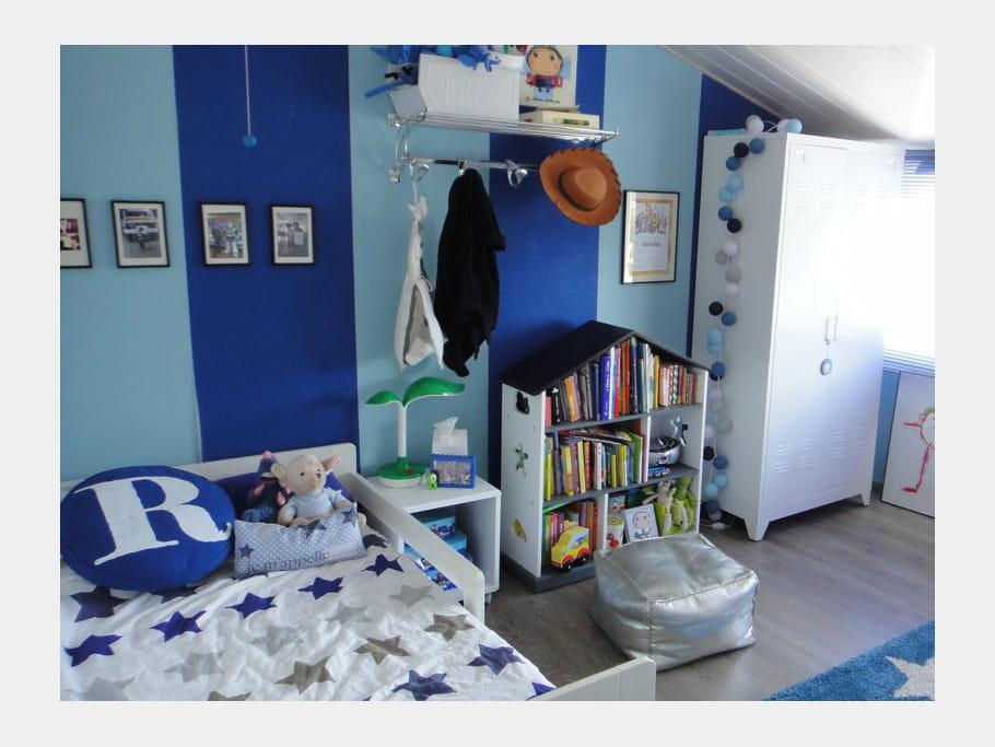 Une chambre d 39 enfant toute en bleu visitez la maison de sophie journal des femmes for Chambre d enfant bleu