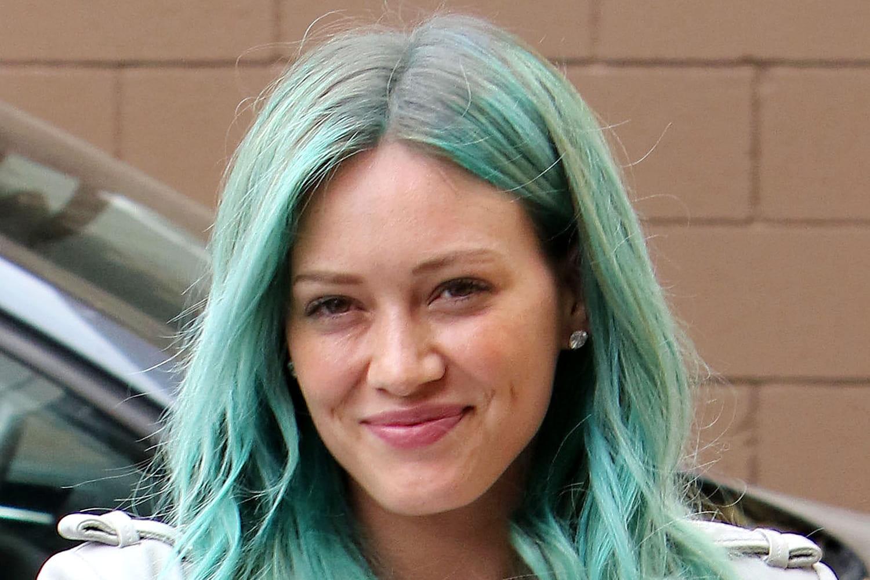 Hilary Duff adopte les cheveux bleus