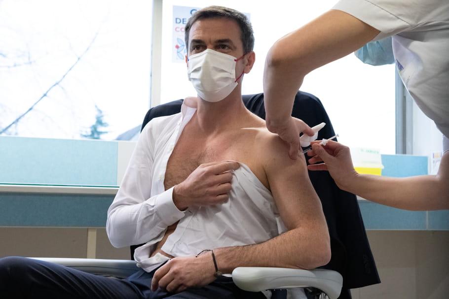 """Olivier Véran, vacciné et """"gaulé"""", a enflammé le gouvernement"""