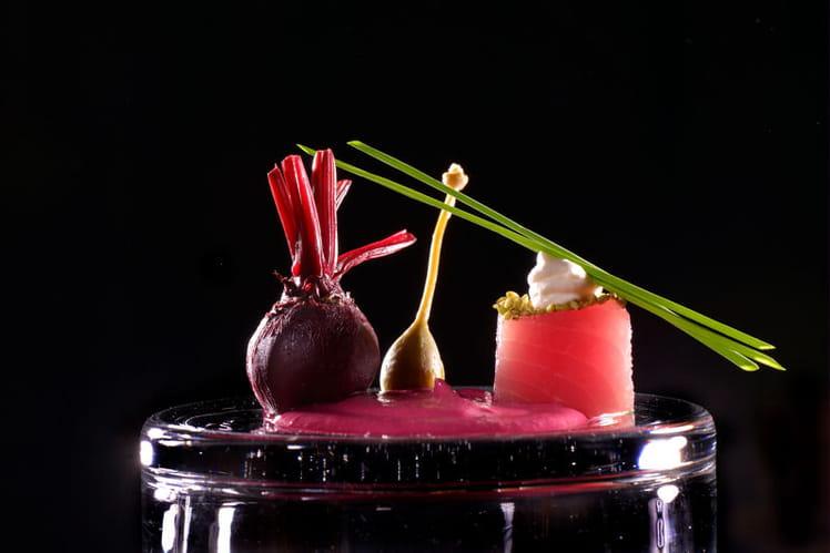 Mousseline de betterave au gingembre, sashimi de thon, crème de Bresse au raifort