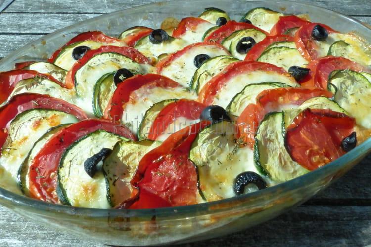 Tian de courgettes et de tomate à la mozzarella sur un riz aux oignons rouges
