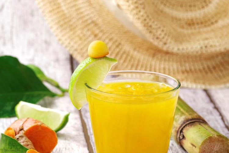 Cocktail au rhum, mangue et curcuma