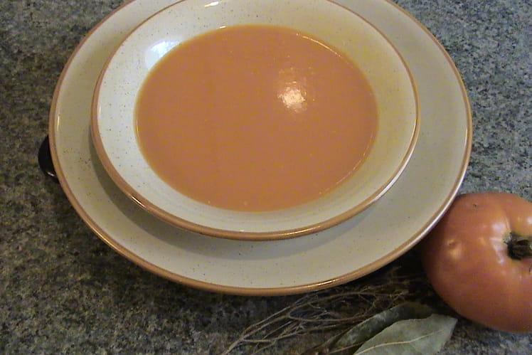 Soupe à la tomate, oignons et herbes