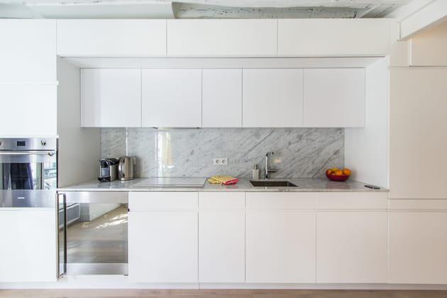 Une cuisine dans un cadre blanc