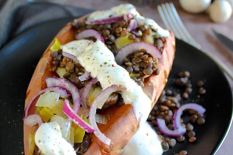 Patate douce au four, garnie de lentilles, poireau, champignons et sauce au yaourt