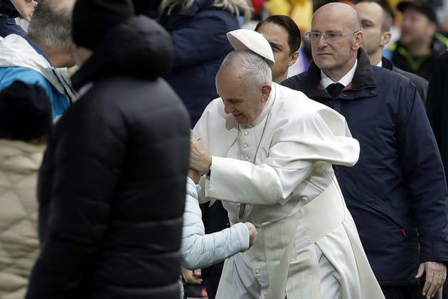 Le pape François en perd sa calotte