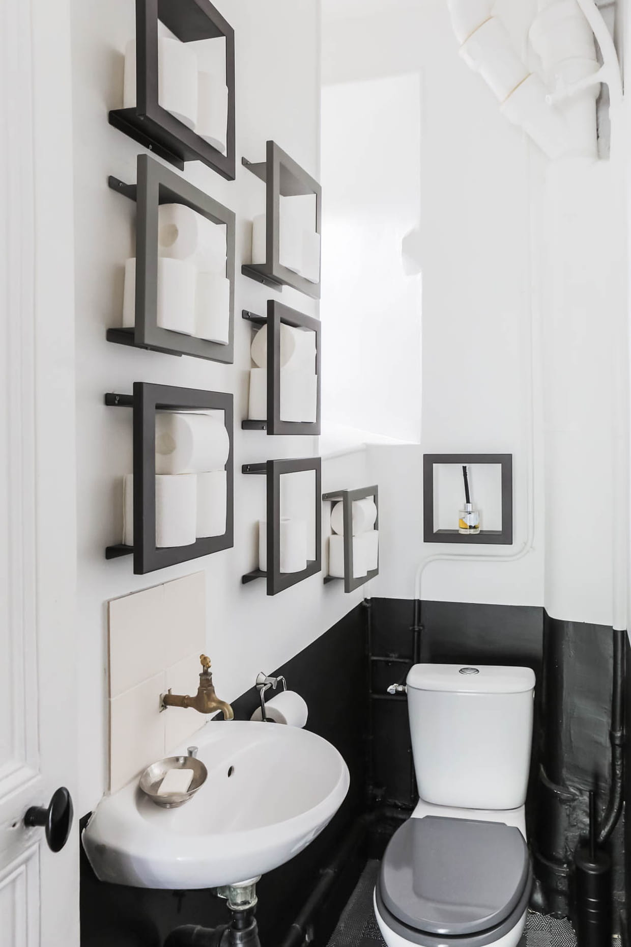 toilettes noir et blanc. Black Bedroom Furniture Sets. Home Design Ideas
