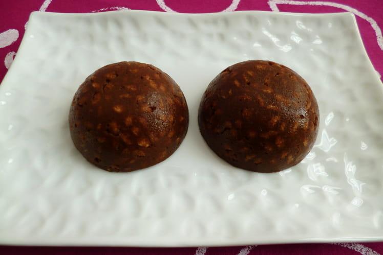 Gâteaux crus pomme cacao avec céréales de son de blé et psyllium