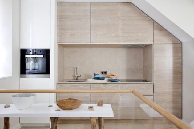 Une cuisine encastrée en bois clair