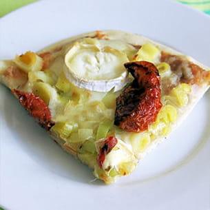pizza au caviar d'aubergines, poireaux et chèvre
