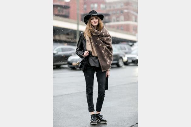 Street style à New York : écharpe-plaid griffée