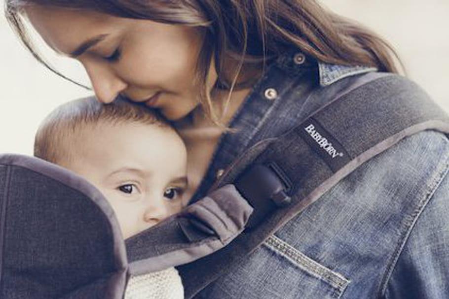 Porte-bébé ou écharpe : comment choisir ?