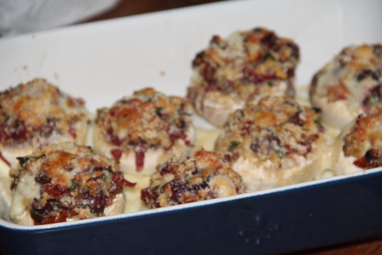 Champignons de Paris farcis aux tomates séchées, jambon cru et mozzarella
