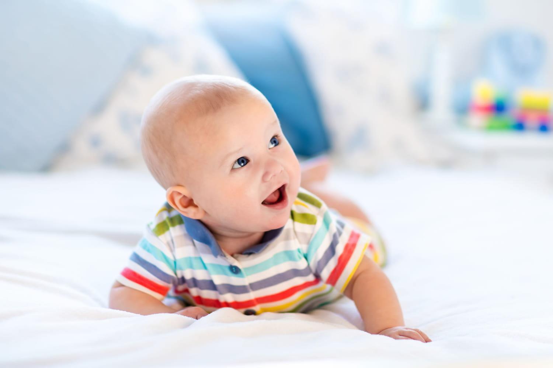 À quel âge bébé peut-il dormir sur le ventre?
