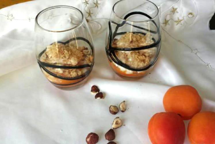 Verrines de crumble abricots, chèvre et noisettes