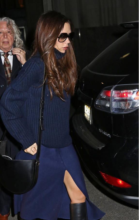 "Victoria Beckham et son sac ""Half Moon"" de ...Victoria Beckham"