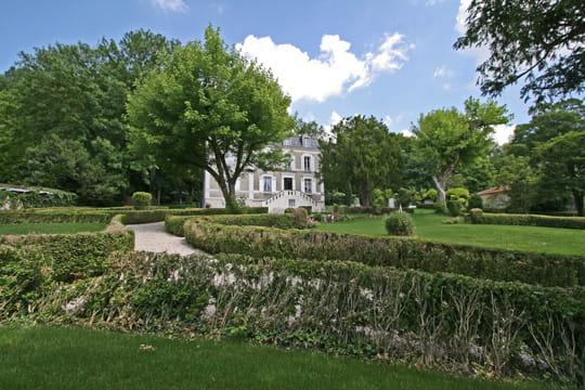 Une maison nichée dans un parc