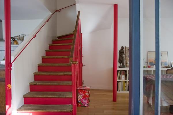 escalier-peint-en-rouge