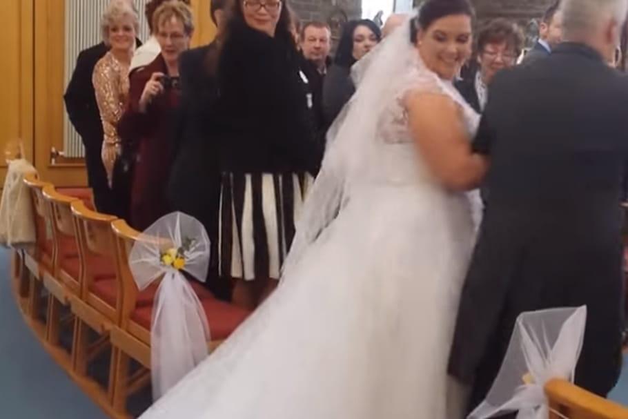 Quand un enfant saute sur la traîne de la mariée...