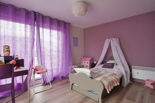la chambre de la petite fille. Black Bedroom Furniture Sets. Home Design Ideas